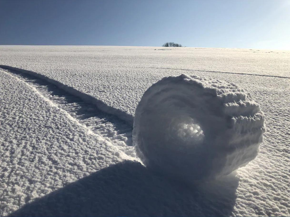Rulli di neve nello Wiltshire (UK). Bizzarro fenomeno naturale: un rullo di neve si è formato rotolando per effetto del vento. Brian Bayliss/2019 Weather Photographer of the Year/RMetS