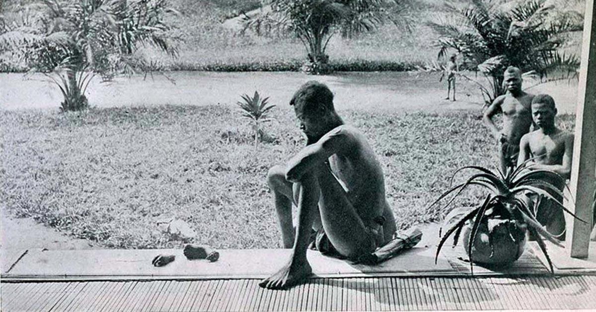 Un uomo di nome Nsala contempla la mano e il piede della figlia Boali che aveva cinque anni, mozzati perché non aveva raggiunto la quota giornaliera del raccolto di gomma.